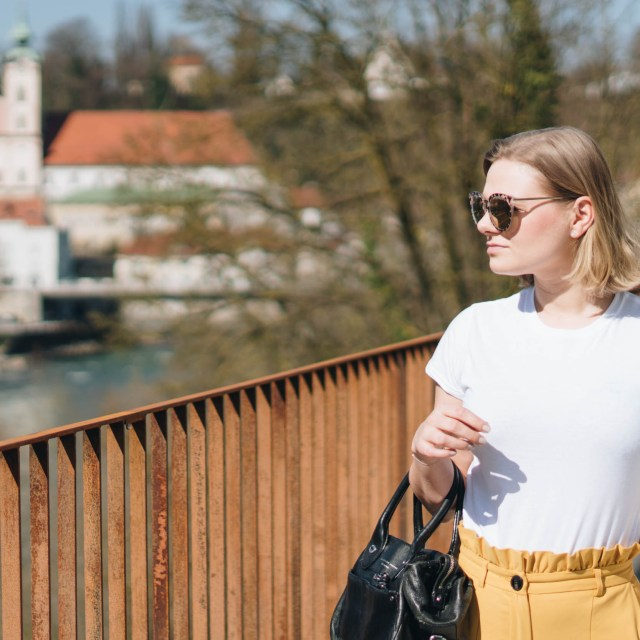 https://i1.wp.com/yellowgirl.at/wp-content/uploads/2018/04/yellowgirl_Stofhosen-Outfit-in-gelber-Paperbag-Pants-weißem-Shirt-gelben-Loafers-und-Marc-Jacobs-Crossbody-Bag-fashionblogger-6-von-11.jpg?resize=640%2C640&ssl=1