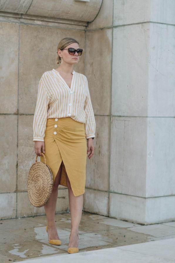 yellowgirl_DIY Sommeroutfit in Leinenrock und Streifenbluse von Zara runde DIY Strohtasche JIl Sander Sonnenbrille transparente Pumps von Mango Streetstyle (1 von 14)