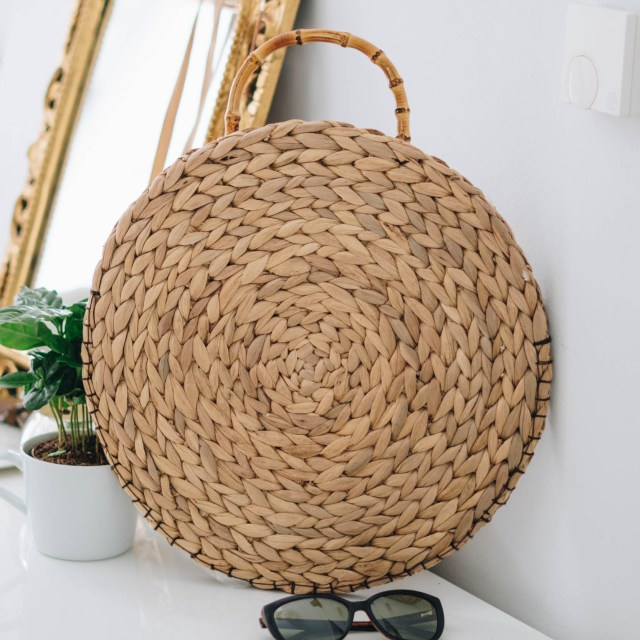 https://i1.wp.com/yellowgirl.at/wp-content/uploads/2018/08/yellowgirl_runde-DIY-Strohtasche-Sommertrend-Urlaubstrend-Urlaubstasche-Streetstyle-diy-blog-17-von-22.jpg?resize=640%2C640&ssl=1
