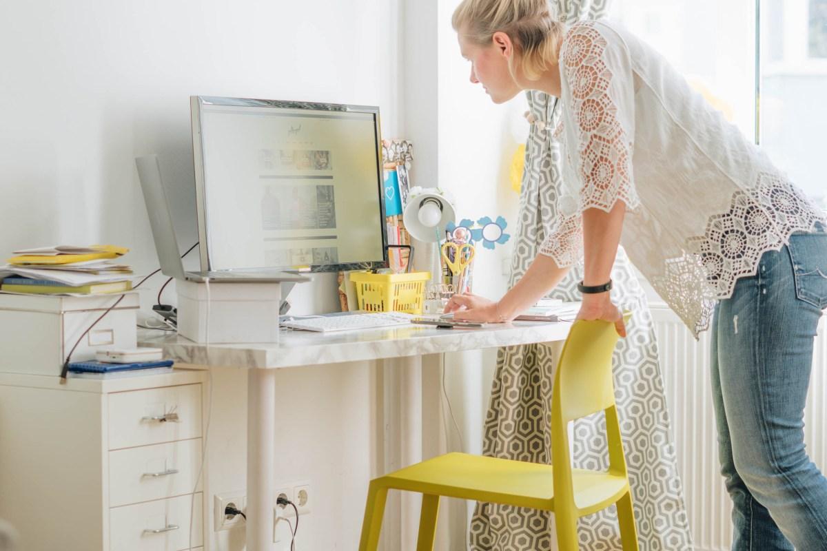 https://i1.wp.com/yellowgirl.at/wp-content/uploads/2018/09/yellowgirl_Wohnzimmerupdate-Lampen-schreibtischsessel-flinders-vitra-bambus-13-von-13.jpg?fit=1200%2C801&ssl=1