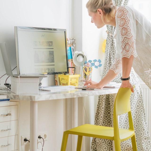 https://i1.wp.com/yellowgirl.at/wp-content/uploads/2018/09/yellowgirl_Wohnzimmerupdate-Lampen-schreibtischsessel-flinders-vitra-bambus-13-von-13.jpg?resize=640%2C640&ssl=1