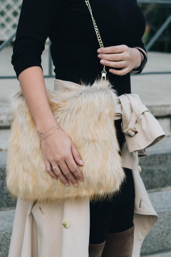yellowgirl_#herbstoutfit in kleinem schwarzem, burberry trenchcoat, overknees und diy fake fur tasche (10 von 11)