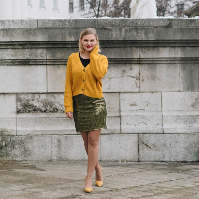 https://i1.wp.com/yellowgirl.at/wp-content/uploads/2018/12/yellowgirl_Weihnachtsoutfit-in-Pailletten-Rock-gelbem-Cardigan-und-gelben-Pumps-3-von-7.jpg?resize=640%2C640&ssl=1