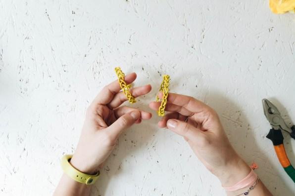 yellowgirl_Minimalistische DIY Valentinstags-Serviettenringe mit Stoffblumen (11 von 26)