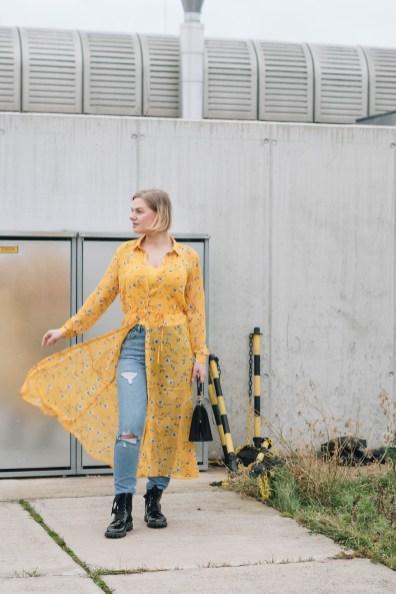 yellowgirl_#Valentinstagsoutfit in Blumenkleid von Only, Jeans von New Look, Lack Boots und Vintage Lack-Handtasche (3 von 11)