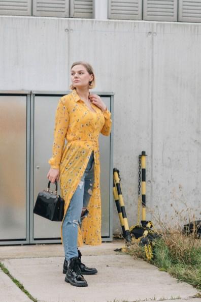 yellowgirl_#Valentinstagsoutfit in Blumenkleid von Only, Jeans von New Look, Lack Boots und Vintage Lack-Handtasche (5 von 11)