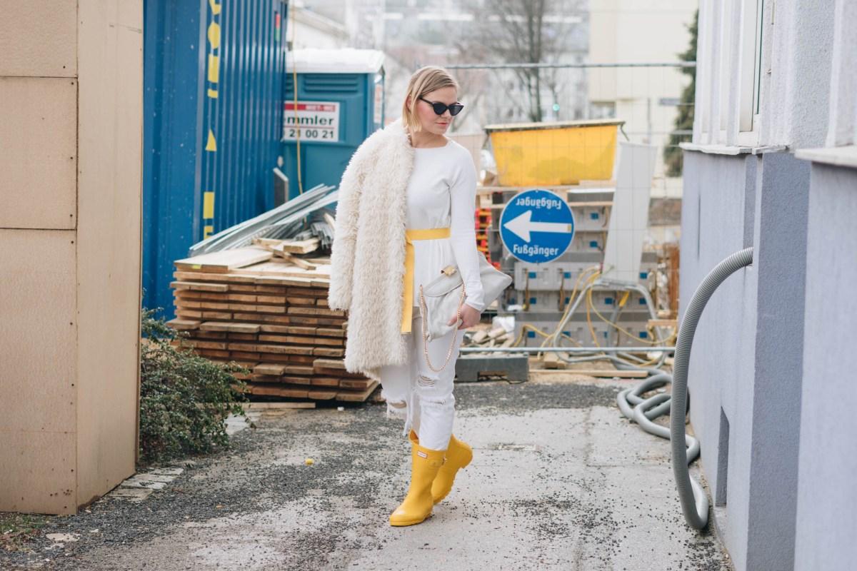 https://i1.wp.com/yellowgirl.at/wp-content/uploads/2019/01/yellowgirl_Valentinstagsoutfit-in-winter-white-Teddymantel-Pullover-und-ripped-Jeans-Hunter-Gummiestiefeln-und-Cat-Eye-Sonnenbrille-7-von-17.jpg?fit=1200%2C801&ssl=1