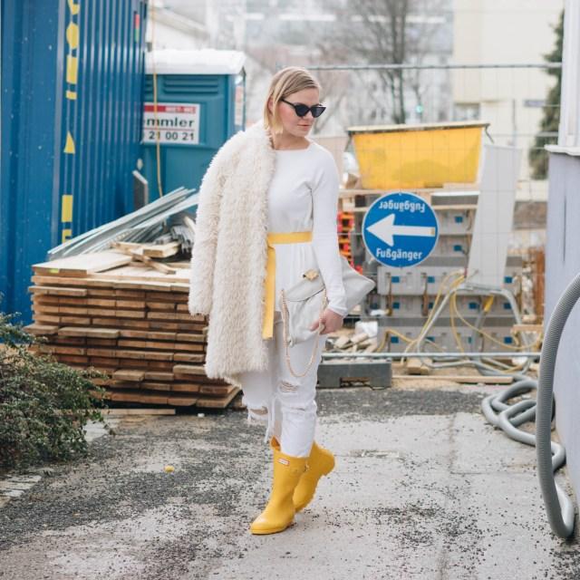 https://i1.wp.com/yellowgirl.at/wp-content/uploads/2019/01/yellowgirl_Valentinstagsoutfit-in-winter-white-Teddymantel-Pullover-und-ripped-Jeans-Hunter-Gummiestiefeln-und-Cat-Eye-Sonnenbrille-7-von-17.jpg?resize=640%2C640&ssl=1