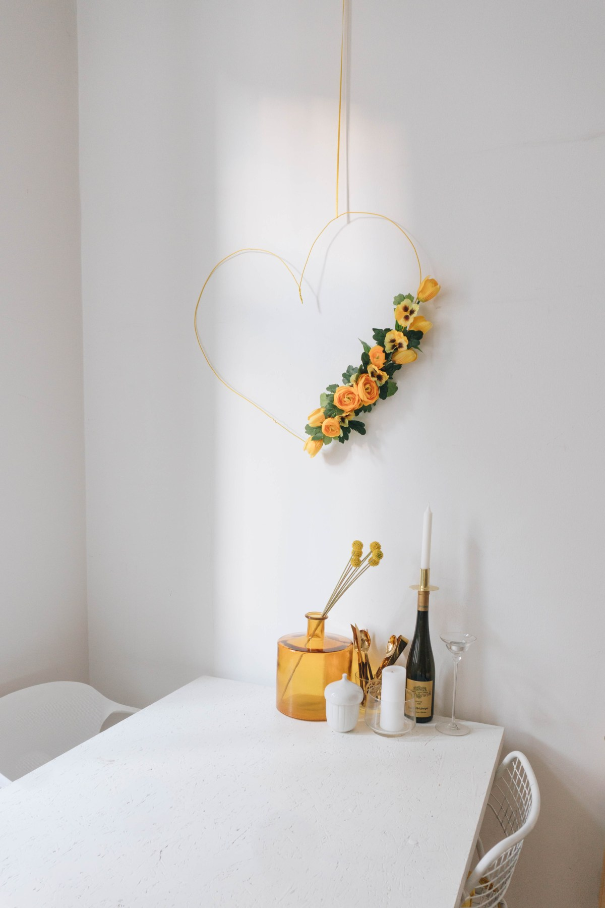 https://i1.wp.com/yellowgirl.at/wp-content/uploads/2019/01/yellowgirl_großer-minimalistischer-DIY-Valentinstag-Herzkranz-mit-Stoffblumen-15-von-21.jpg?fit=1200%2C1800&ssl=1