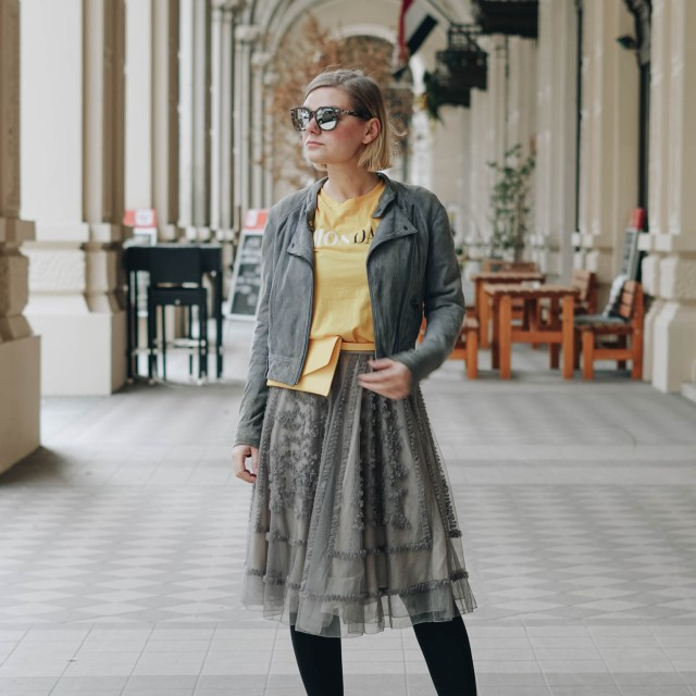 https://i1.wp.com/yellowgirl.at/wp-content/uploads/2019/02/yellowgirl_MontagsOutfit-in-Montag-Shirt-und-Bauchtasche-von-Only-Rüschen-Rock-und-Lackboots-1-von-13.jpg?resize=640%2C640&ssl=1