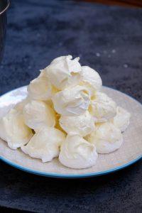 торт из безе и масляного крема со сгущенкой