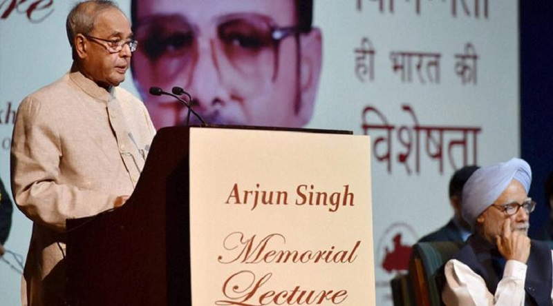 New Delhi: President Pranab Mukherjee delivering the 1st Arjun Singh Memorial Lecture organized by the Arjun Singh Sadbhavna Foundation in New Delhi on Saturday. Former Prime Minister Manmohan Singh is also seen. PTI Photo by Vijay Verma (PTI4_9_2016_000147B)