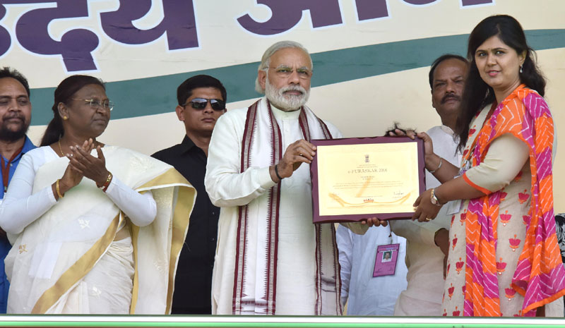 The Prime Minister, Mr. Narendra Modi conferring the Annual Devolution Index, PESA and e-Panchayati Awards, at the Panchayati Raj Sammelan marking Panchayati Raj Day and concluding session of Gram Uday se Bharat Uday programme, in Jamshedpur, Jharkhand on April 24, 2016. The Governor of Jharkhand, Mrs. Draupadi Murmu and the Chief Minister of Jharkhand, Mr. Raghubar Das are also seen.