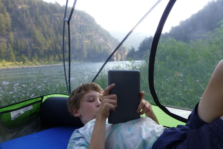 Anders reads a kindle