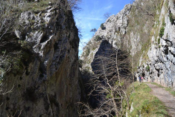 Camino entre rocas