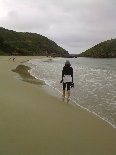 Esther en la Playa de Torimbia, Llanes