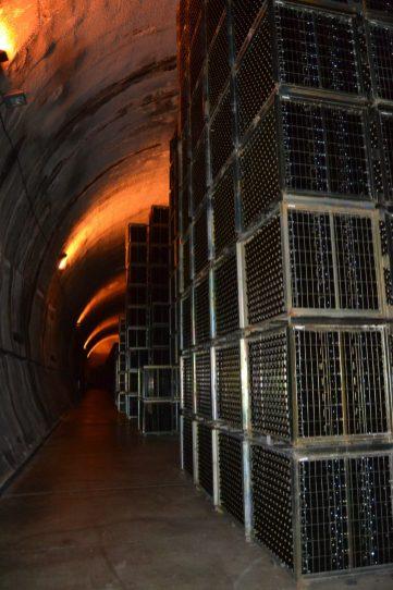 Túnel subterráneo lleno de jaulas de botellas