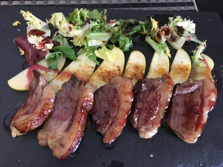 Tapa de Magret de pato con manzana caramelizada y salsa de frutos rojos