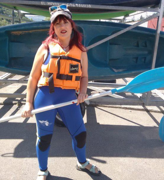 Esther en el descenso del Sella en canoa