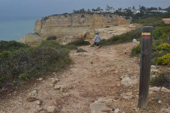 Camino señalizado por la costa