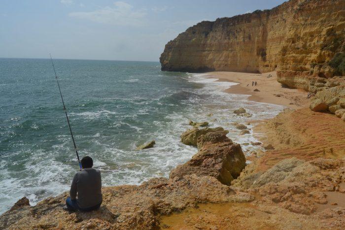 Pescador en Praia do Vale Centeanes