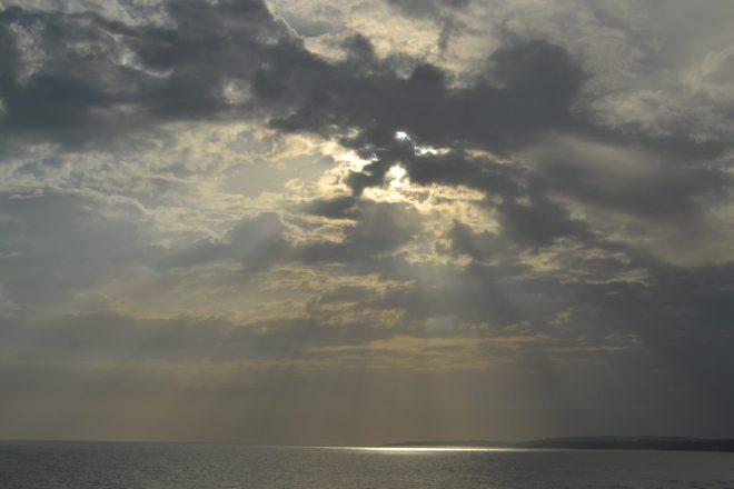 Rayos del sol sobre el mar