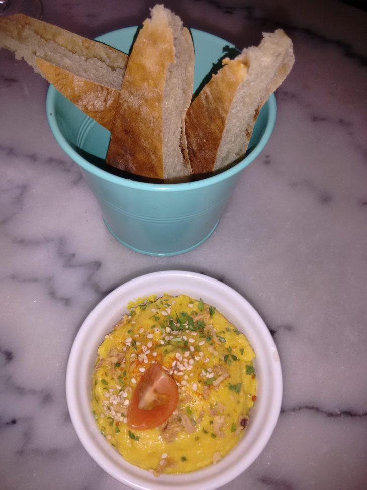 Hummus y pan árabe en el Bar Marzana