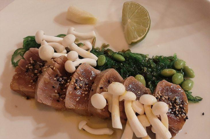 Tataki de atún rojo con puerro confitado, algas wakame verdes y salsa de ponzu
