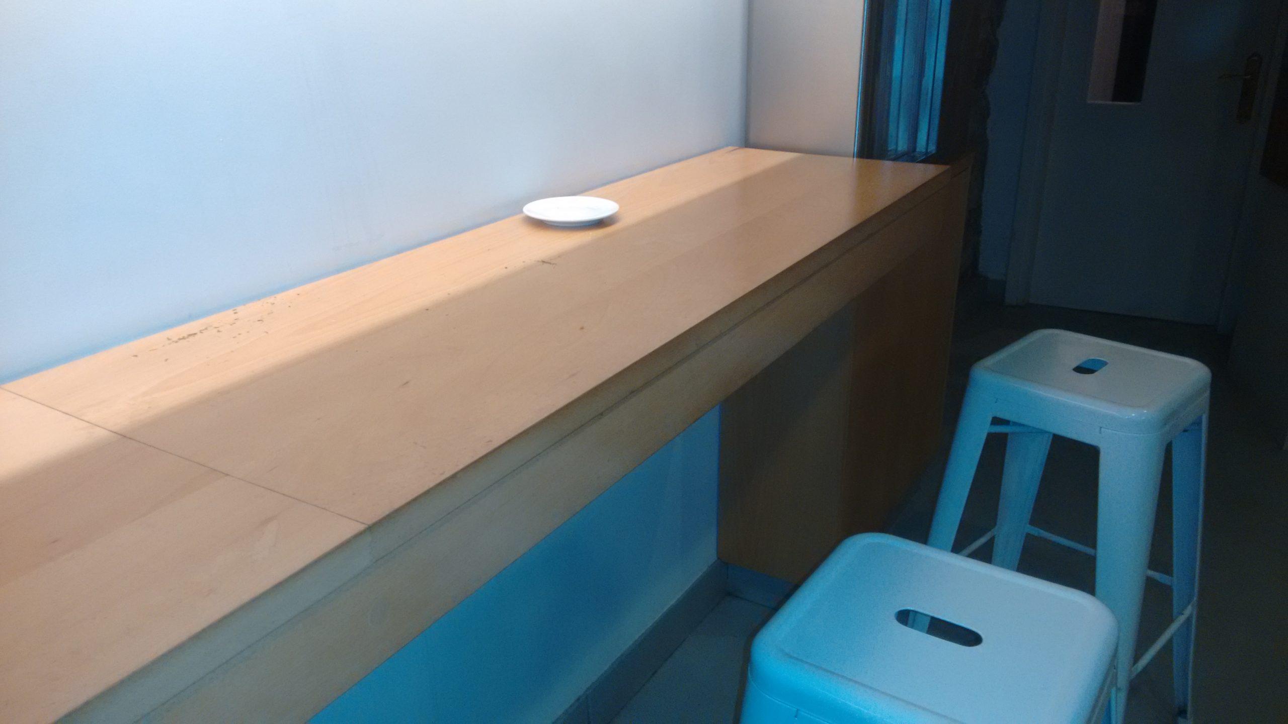 Mesa adosada a la pared