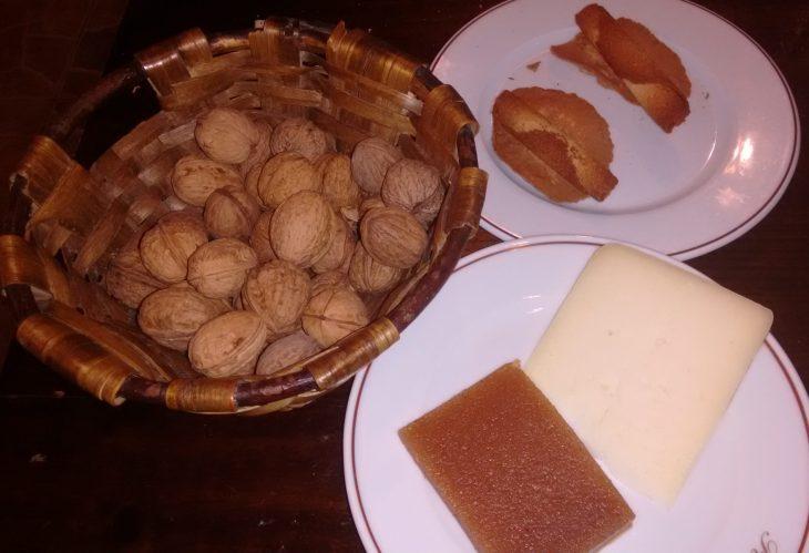Nueces, queso, membrillo y tejas y cigarrillos de Tolosa