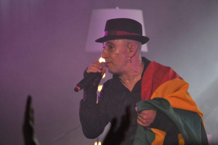 Francis Diez con la bandera