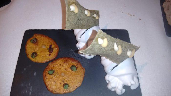 Crujiente de algas y Torta de maiz con morcilla