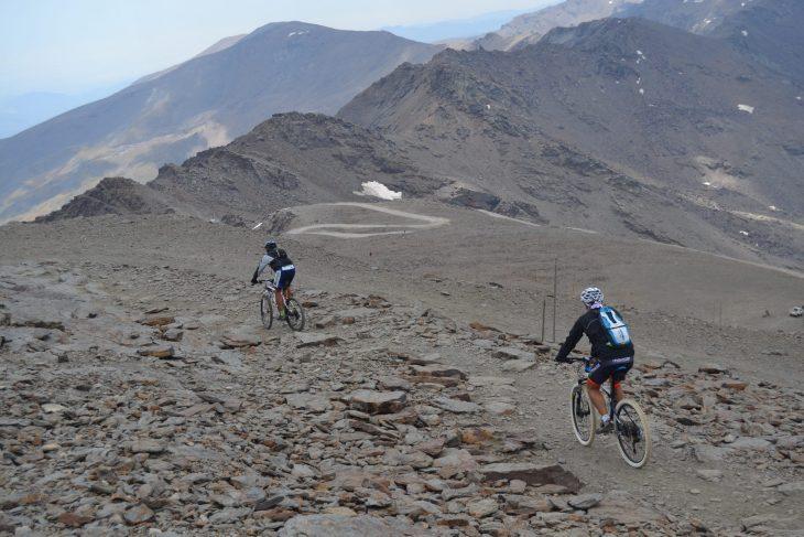 Ciclistas bajando desde la cima del Veleta