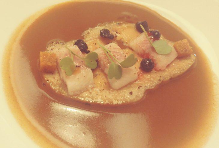 Foie-gras asado con lentejas, anguila ahumada y ajo negro