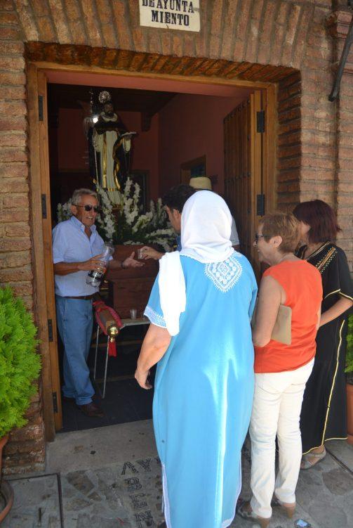 Limosna al santo en la Fiesta de Moros y Cristianos de Benalauría