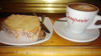 Café con leche y bizcocho casero