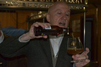 Julio Cerezo, sirviendo la cerveza