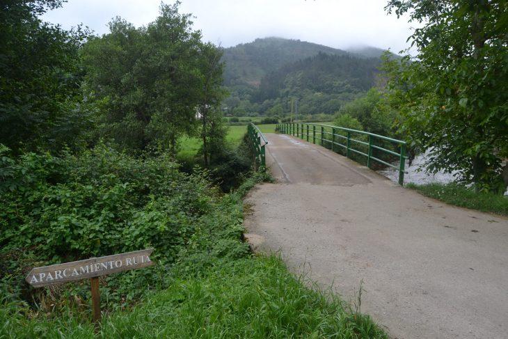 Aparcamiento junto al puente