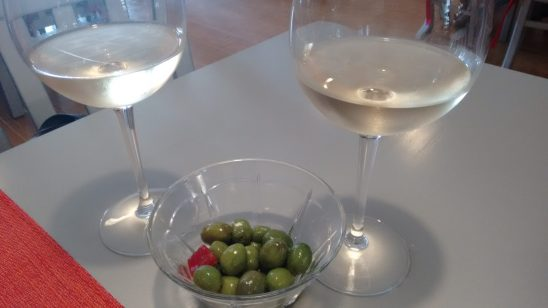 Copas de vino blanco Fabio Montano y tapa de aceitunas