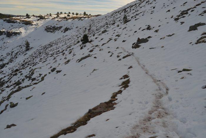 Sendero por una ladera nevada
