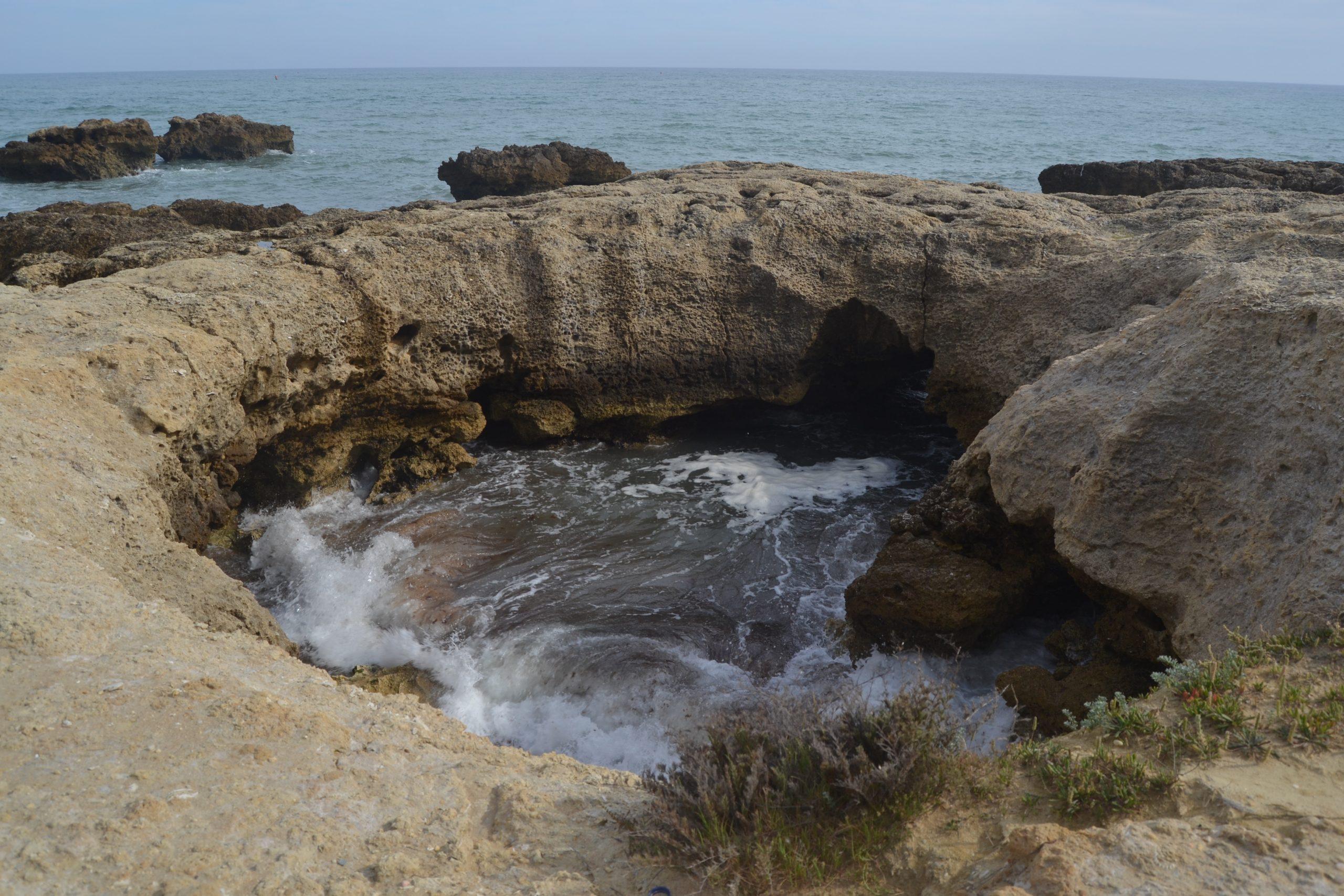 Roca horadada por el viento y el mar