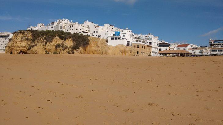 Casas de Albufeira desde Praia dos Pescadores