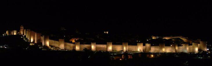 Vista nocturna de la Muralla de Ávila