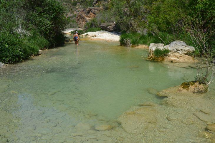 Esther caminado por el río Vero