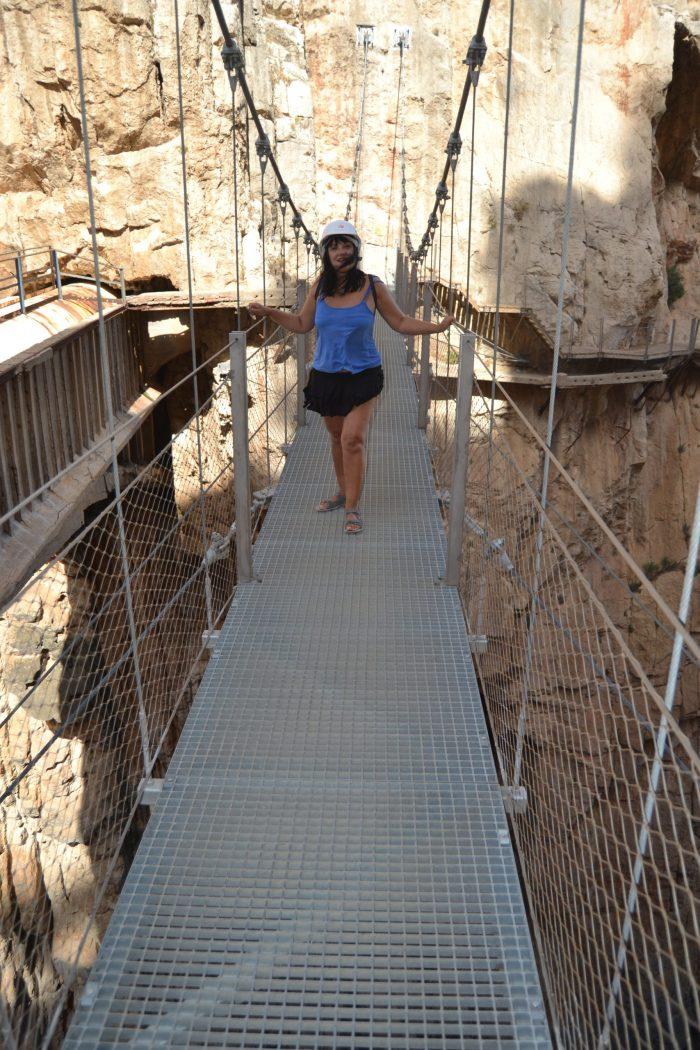Esther en el Puente colgante del Caminito del Rey
