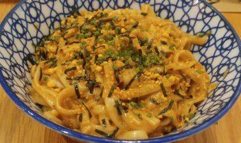 Fideos Udon salteados con mejillones, salsa de marisco y curry