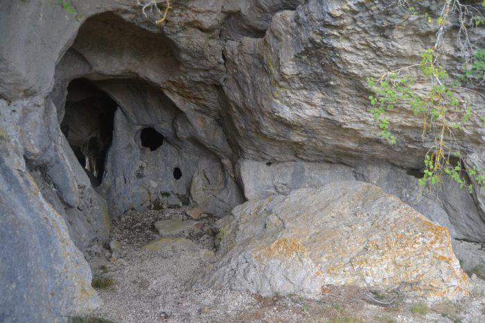 Entrada posterior de la Cueva de Rojo
