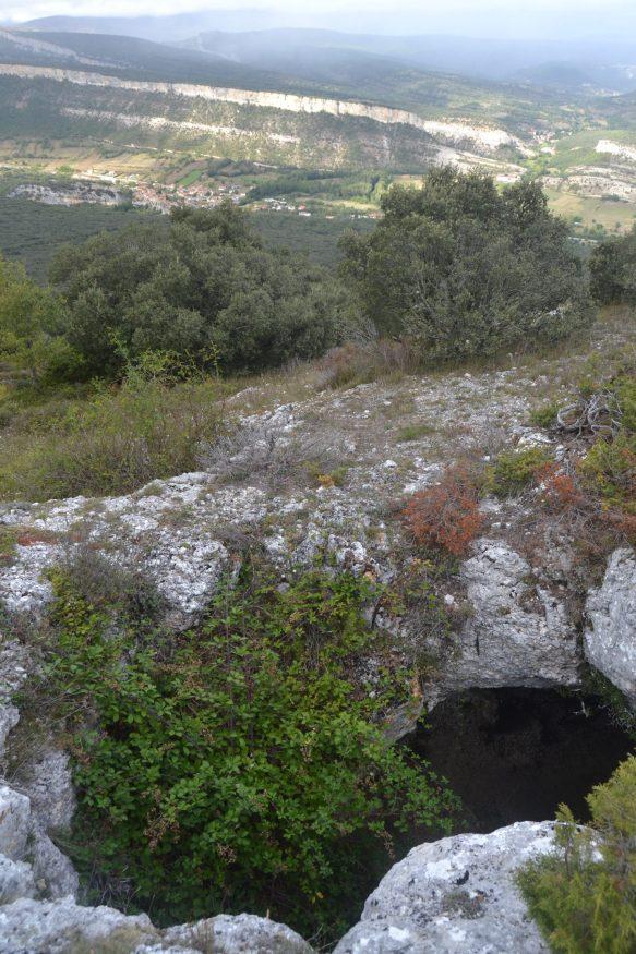Ruta de la Cueva de Rojo desdePuentedey