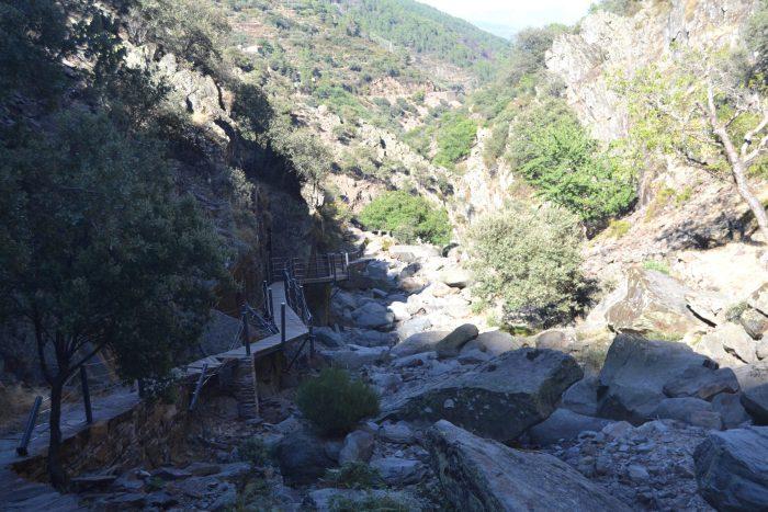 Pasarelas sobre el cauce seco del Arroyo de la Meancera