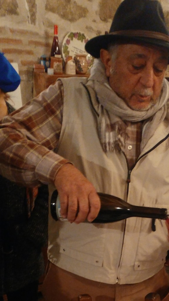 Rafael Mancebo sirviendo vino